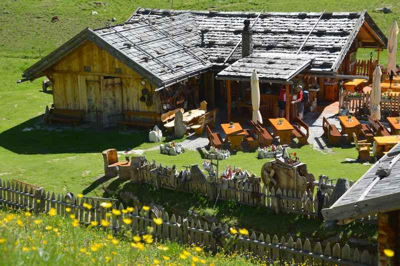 Die Pranter Stadelhütte im Altfasstal ist ein tolles Ziel für eine Wanderung mit Kinderwagen. Es gibt einen großen Spielplatz für Kinder.