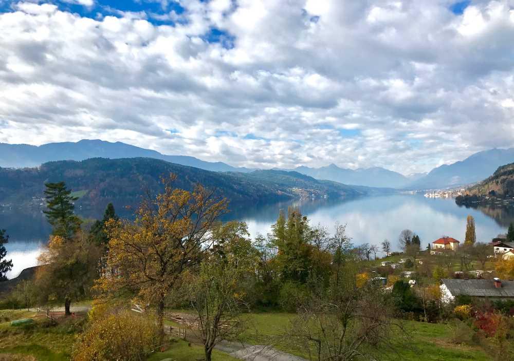 Millstätter See Radweg mit diesem Ausblick bei Pesenthein über Berge und See in Kärnten