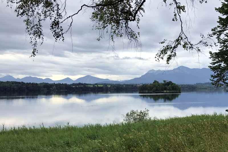 Am Staffelsee Radweg: Das ist der Blick vom Ufer in Uffing auf die Berge