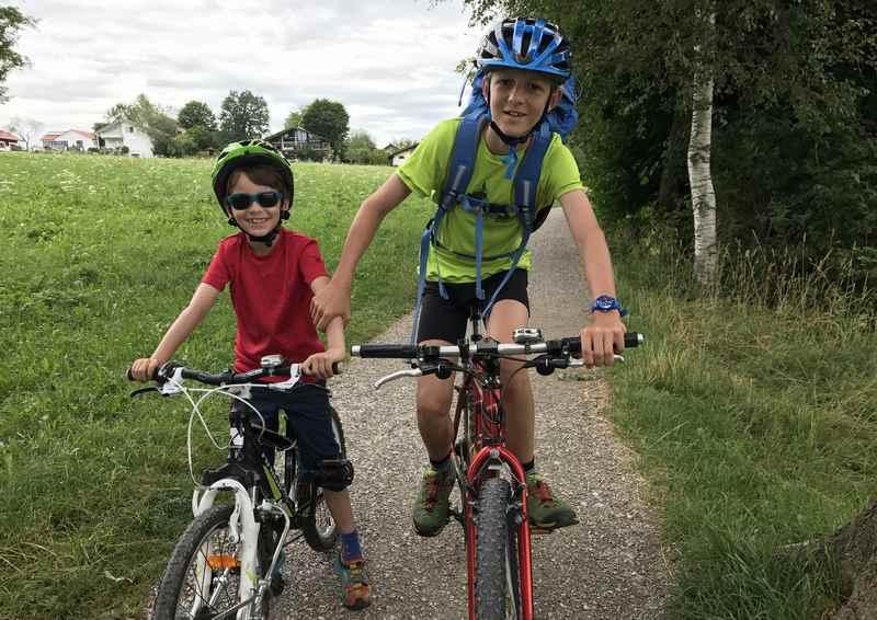 Unser Start auf dem Staffelsee Radweg - die Kinder freuen sich auf die Tour am See in Bayern