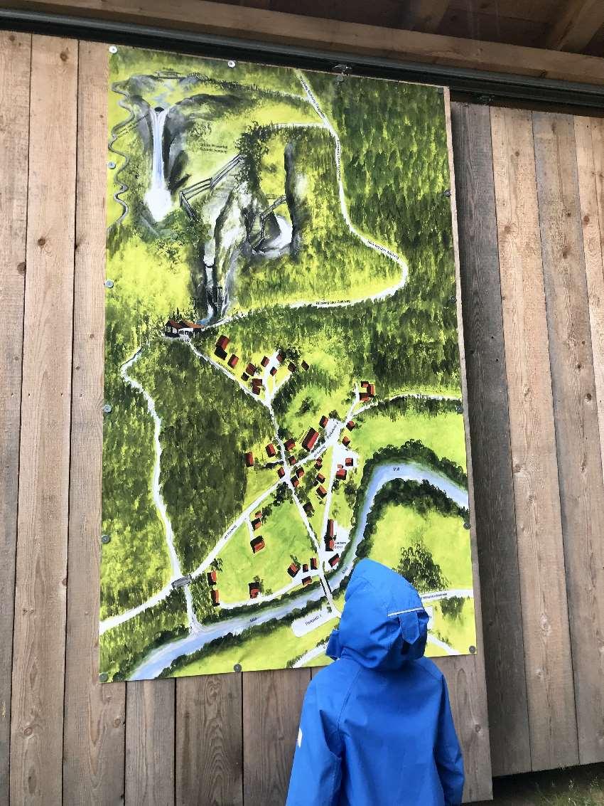 Wir orientieren uns an der Raggaschlucht Karte - unserem Jüngsten gefällt die gemalte Karte natürlich!