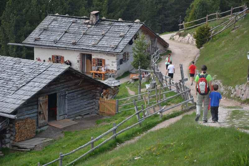 Rundwanderung am Raschötz zum Ausserraschötz Gipfel und über diese Hütte zur Raschötzbahn