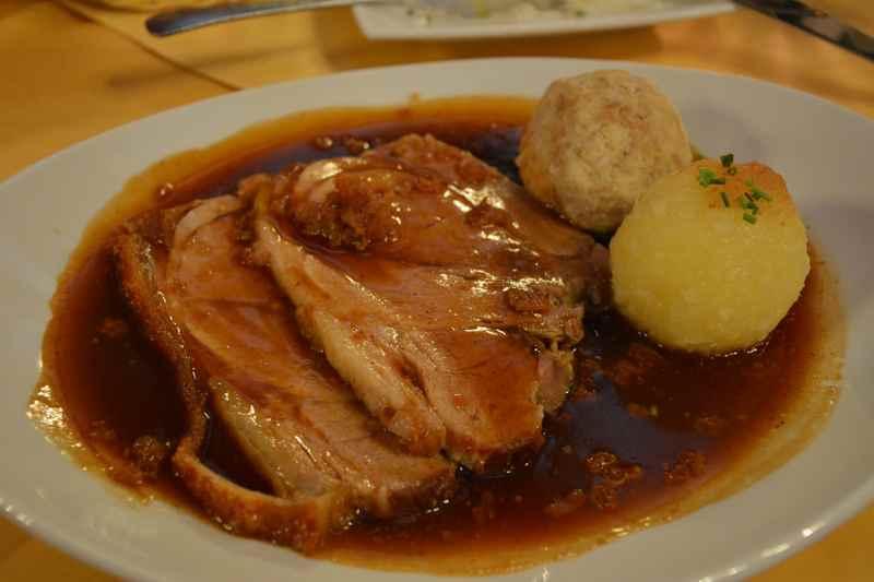 Ein sehr guter Schweinebraten im Ratskeller München