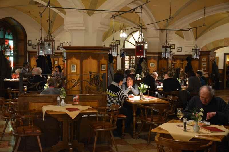 Im Ratskeller in München essen mit Kindern - kleine gemütliche Sitzecken