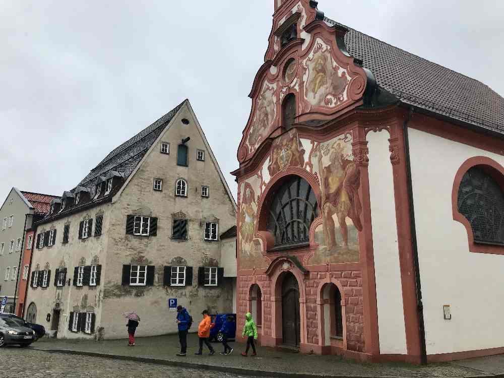Vom Lech geht es wieder hinauf in die Stadt Füssen mit Kindern bei Regen