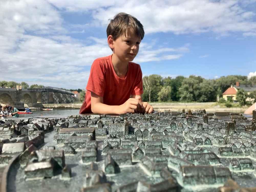 Auf der anderen Seite der steinernen Brücke gibt es dieses Modell der Stadt - das gefällt den Kindern!