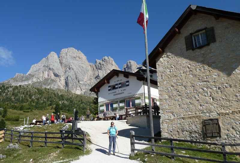 Die Regensburger Hütte in Gröden mit den Dolomiten im Hintergrund