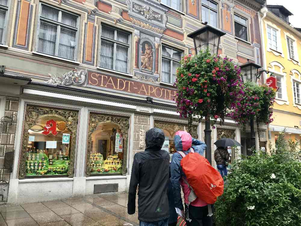 Bei Regenwetter im Allgäu durch die Altstadt von Füssen - auf der Stadtrallye mit Kindern