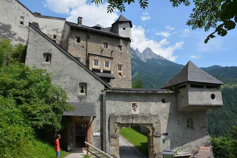 Großartige Burgen und Schlösser kannst bei Regenwetter in Salzburg mit Kindern besuchen