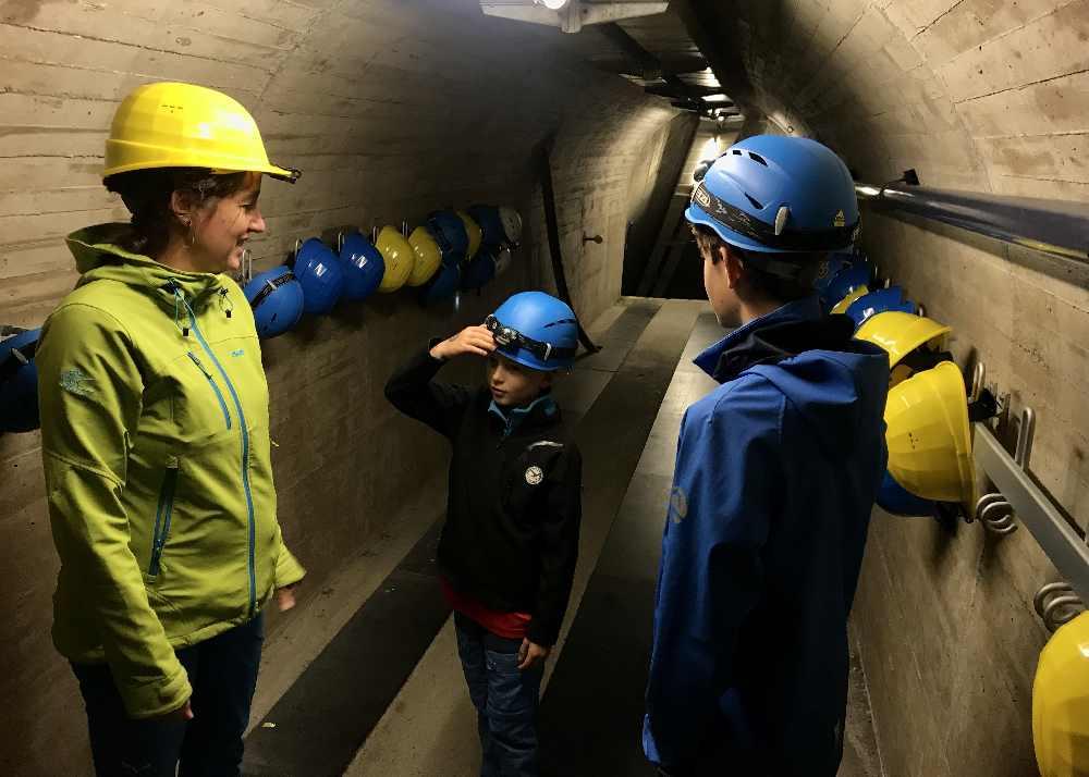 Helm auf - und los geht es bei der Staumauer Führung IN die Schlegeis-Staumauer, auch ideal als Regenwetter Ausflug im Zillertal!