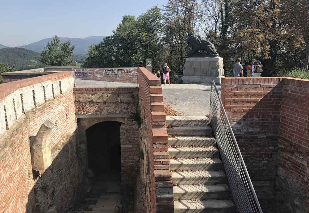 Die Reste der Festung von Graz mit dem Löwendenkmal