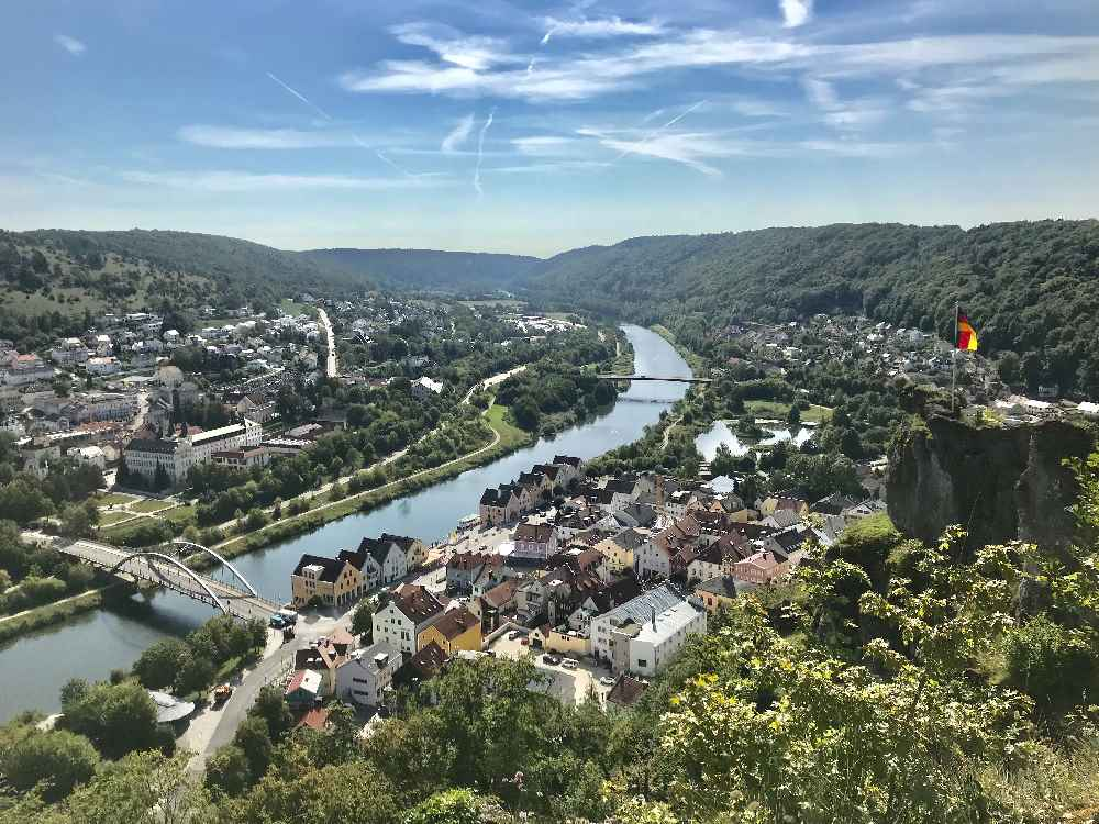 Der Blick von den Burgruinen in Riedenburg auf das Altmühltal in Bayern