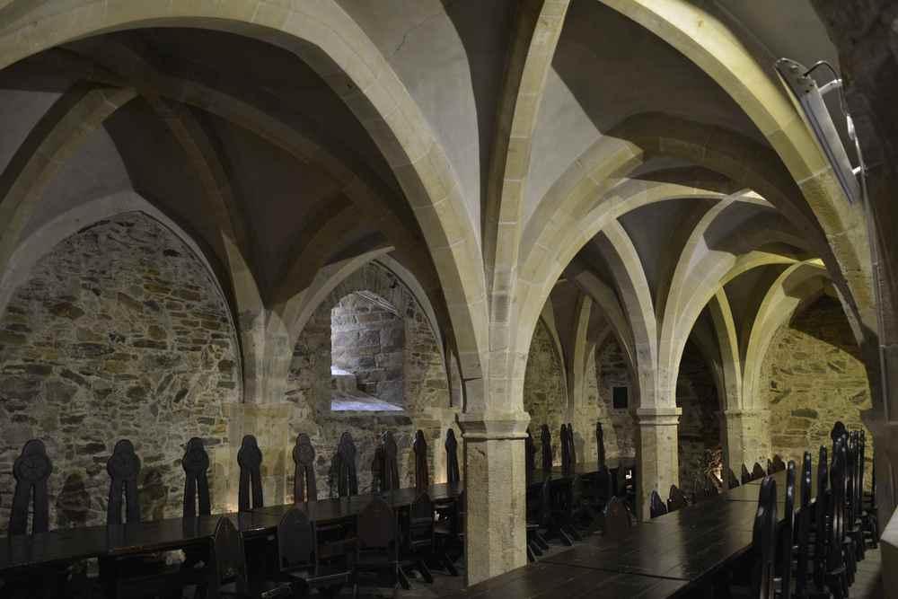Das ist der Rittersaal auf Burg Lockenhaus, hier und in weiteren Räumen gibt es Veranstaltungen