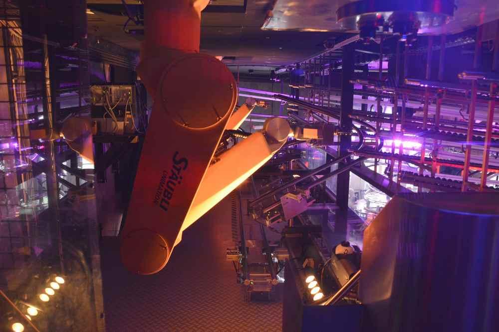 Keine Automobilfabrik - Roboter bedienen die Gäste im Restaurant Rollercoaster in Wien