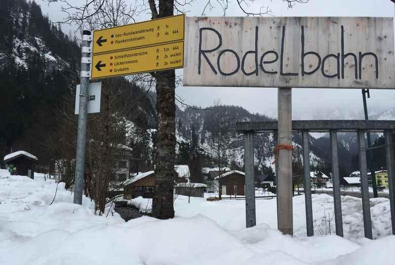 Rodeln Gosau: Das ist die Beschilderung direkt an der Straße von Gosau in Hintertal vor dem Gasthof Gosauschmied