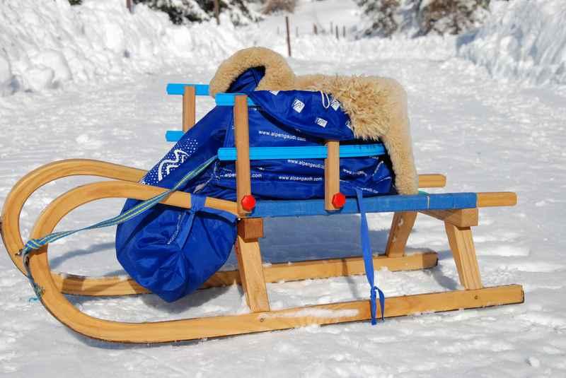 """So geht das Rodeln mit Kleinkind: Das ist unser """"Kleinkindrodel"""" - mit Kindersitz auf dem Schlitten und warmen Sitzsack"""