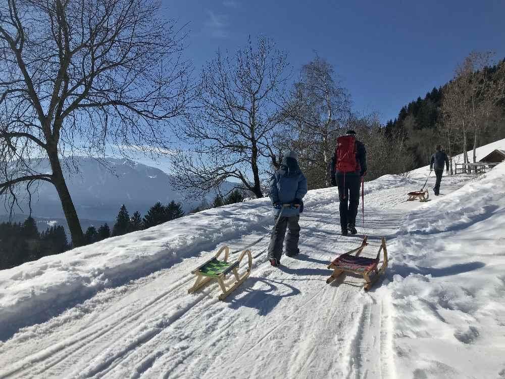 Ein tolles Wintervergnügen mit Kindern: Die Rodelbahnen rund um das Familienhotel