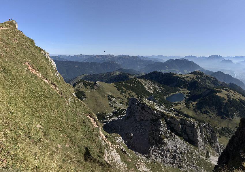 Ausblicke an jeder Ecke - hier der Zireiner See. Siehst du die kleinen Wanderer links oben?