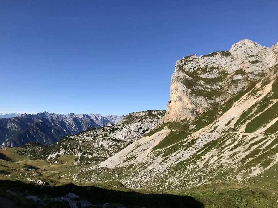 Riesig sind die Gipfel neben dem Wanderweg - auf den Hochiss führt auch der bekannte Klettersteig hinauf