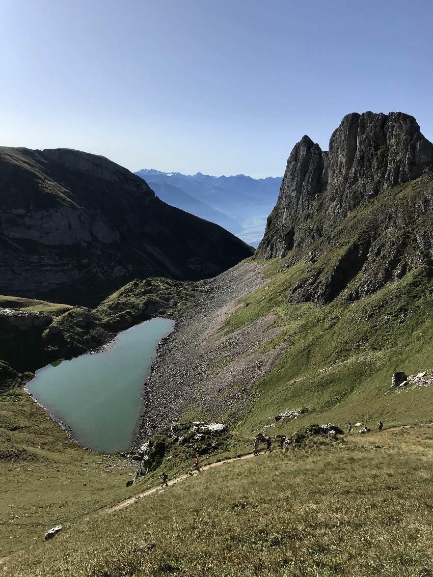 Oberhalb vom Grubersee wandern wir auf die Rofanspitze - schau mal die kleinen Wanderer auf dem Bild - im Vergleich zum Berg!
