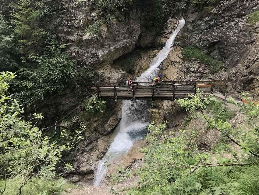Der große Rosengartenschlucht Wasserfall mit der Brücke ist beeindruckend