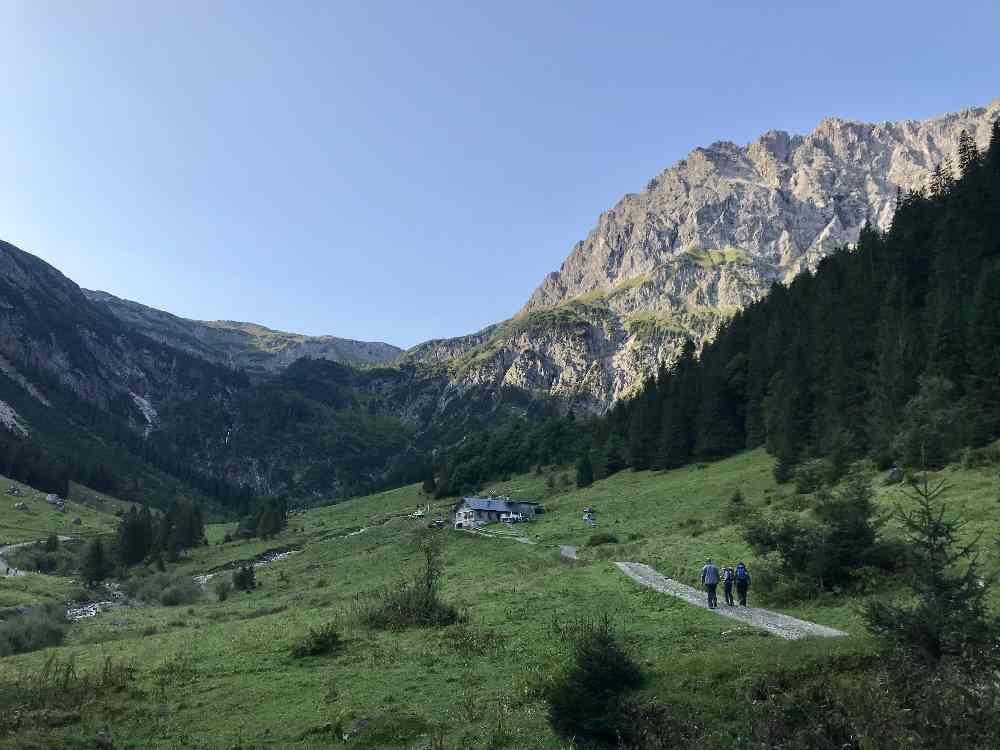 Vom Familienhotel Kleinwalsertal wandern: Das ist die Morgenstimmung bei der Frühstückswanderung vom Rosenhof ins Gemstltal