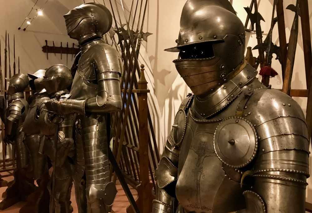 In der Rüstungskammer treffen wir auf viele Waffen und den Grafen in der Rüstung