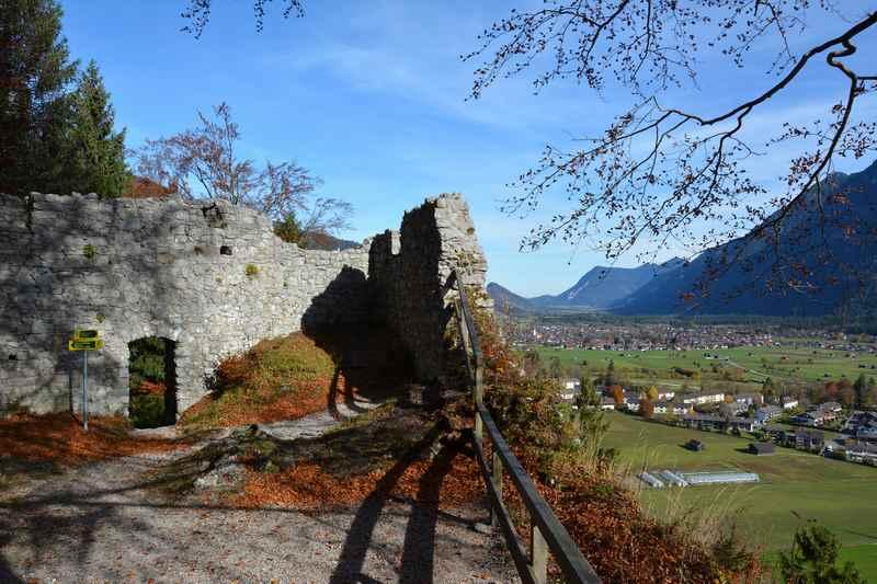 Auf der Ruine Werdenfels mit Kindern, das ist der Blick über das Loisachtal und Farchant, Auch Garmisch Partenkirchen mit der Zugspitze ist zu sehen.