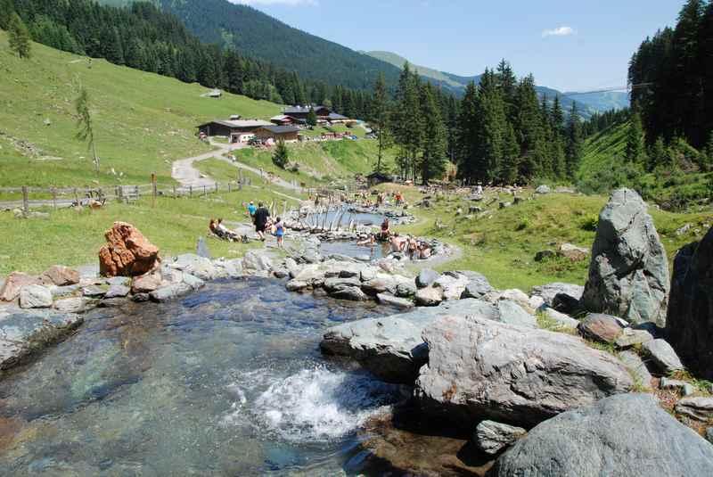 In Saalbach Hinterglemm wandern mit Kinderwagen zum Hexenwasser, Lindlingalm
