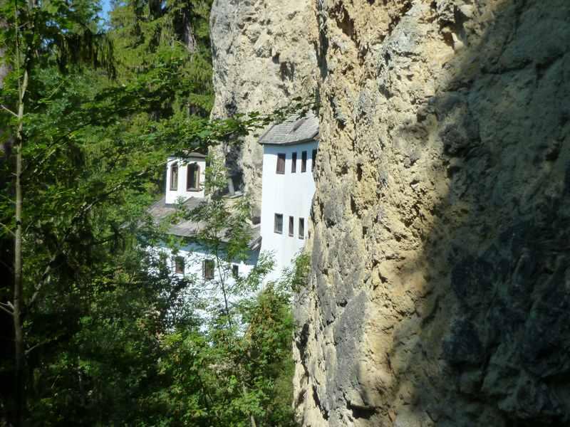 Einsiedelei Saalfelden - direkt in die Felsen gebaut. Muss man gesehen haben.