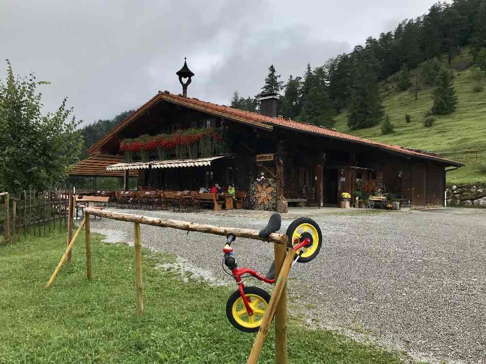 Das erste Wanderziel: Die Saloberalpe oberhalb vom Alatasee, auch mit geländetauglichen Kinderwagen möglich