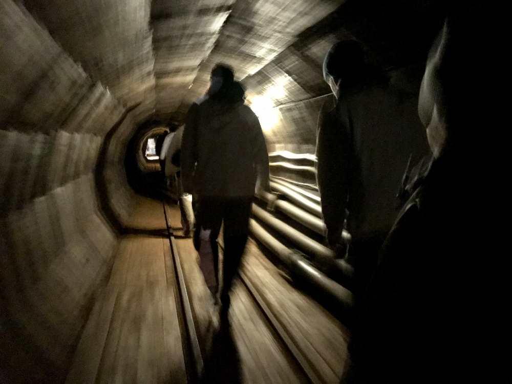 Durch die beleuchteten Stollen geht es zu den Schauplätzen im Salzbergwerk