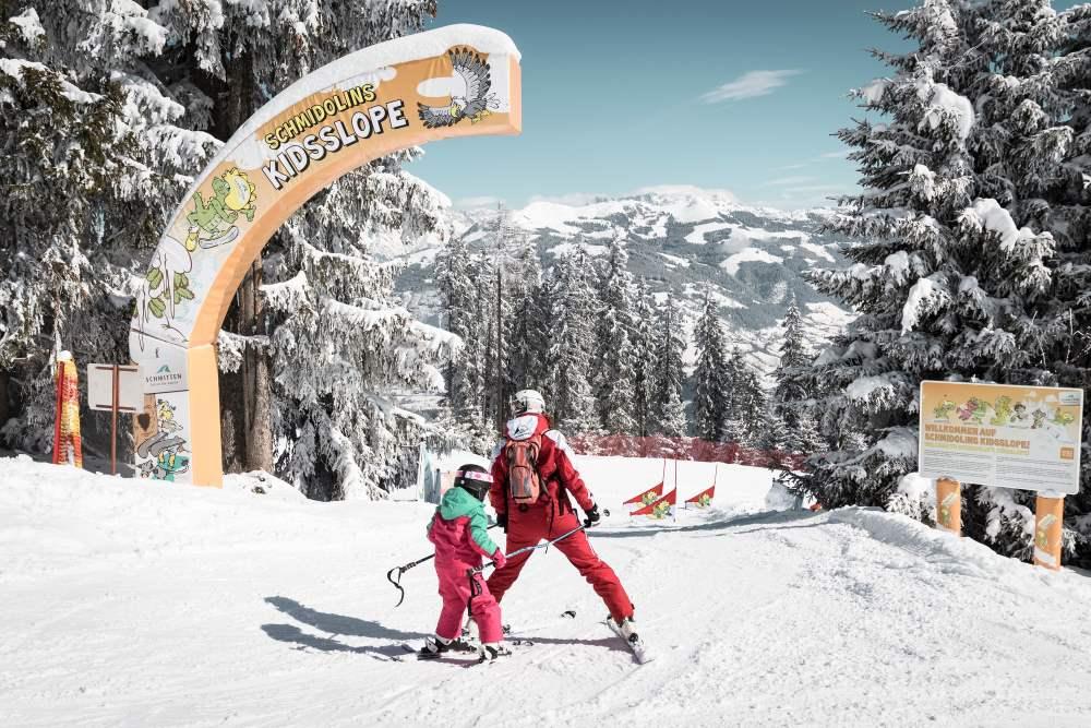 So lernen Kinder gerne Skifahren - das Foto von Katja Pokorn von der Kidslope und dem  Drachenpark auf der Schmitten