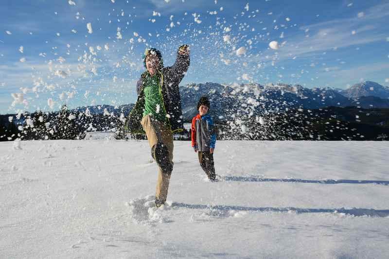 Winterspaß für die Kinder im Schnee beim Winterwandern Gosau
