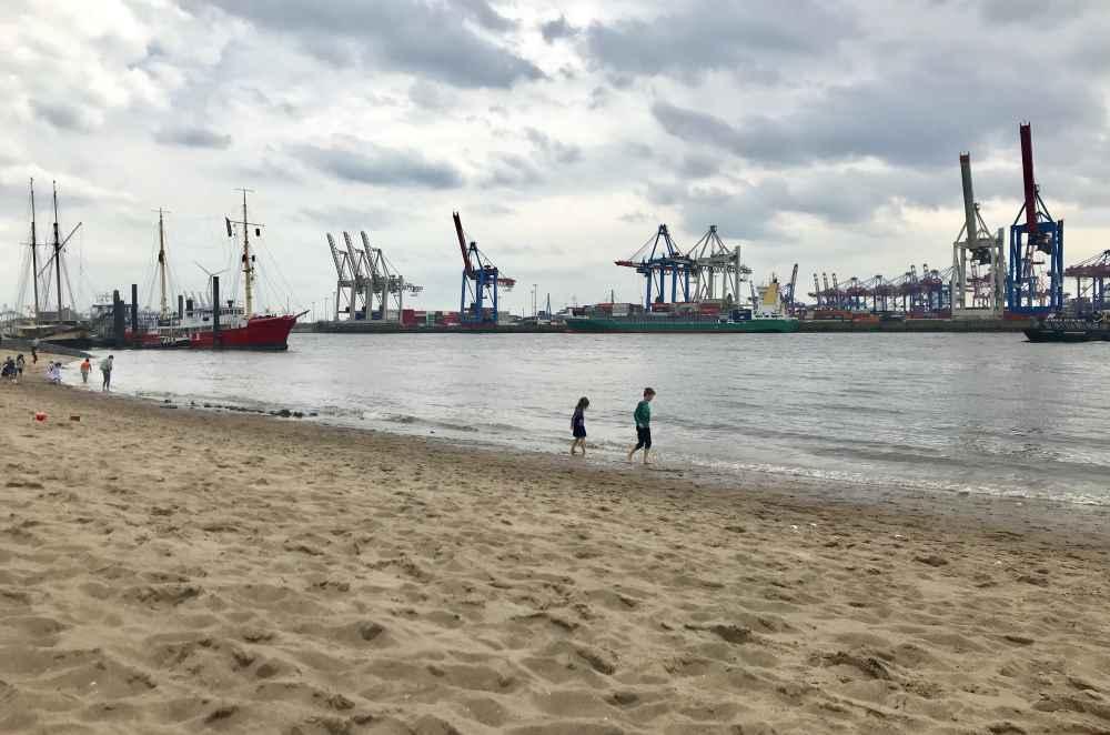 Elbstrand Hamburg: Beliebt nicht nur bei Familien. Freizeit am Elbstrand im feinen Sand.