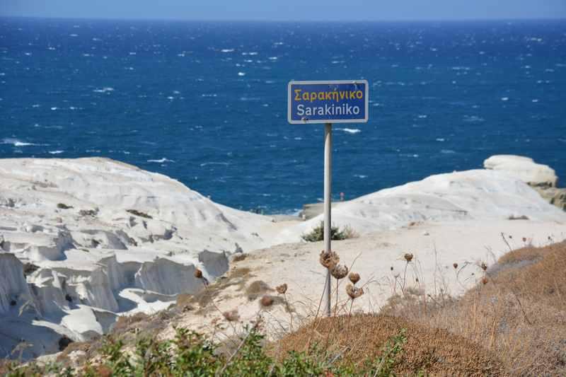 Sarakiniko - tiefes Blau des Meeres und der weisse Stein, wunderbar