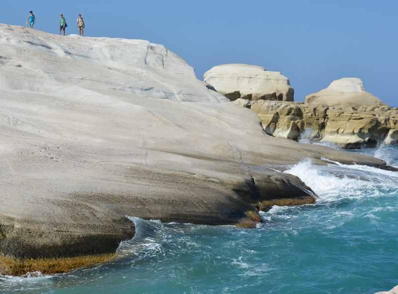 Spaziergang am Meer auf den Felsen vom Sarakiniko Strand