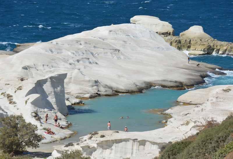 Traumhaft: Der Sarakiniko Strand. Schaut mal die Dimension an - Menschen im Vergleich zum Felsen!