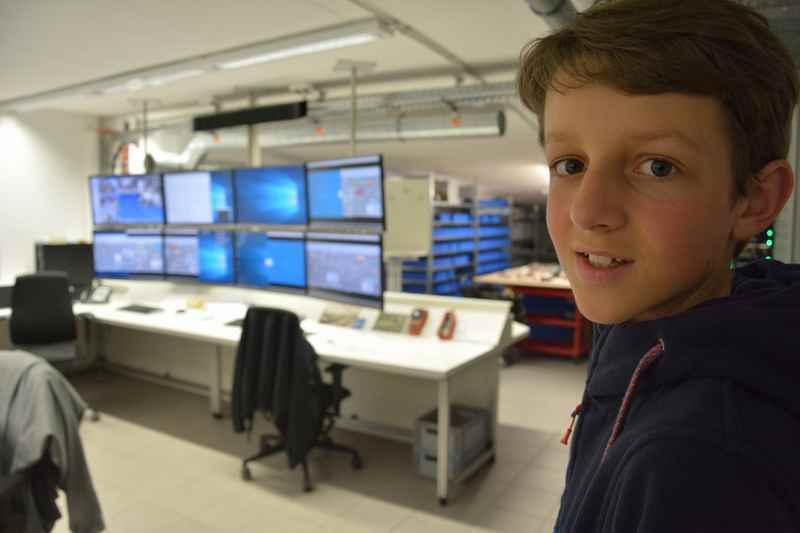 Ausnahmsweise dürfen wir einen Blick in die Schaltzentrale werfen, hier werden mit Computern die Züge, Beamer und Fahrzeuge gesteuert