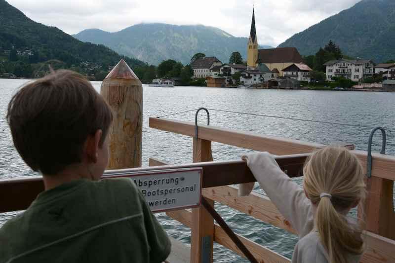 Sehnsüchtig warten die Kinder auf das Schiff am Tegernsee