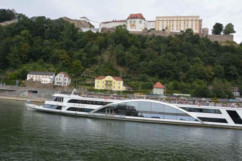 Mit Kindern auf dem Schiff von Passau auf der Donau fahren, oben siehst du die Veste