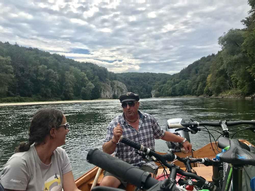 Auf der Zille erfahren wir bei der Bootsfahrt durch den Donaudurchbruch allerlei Interessantes
