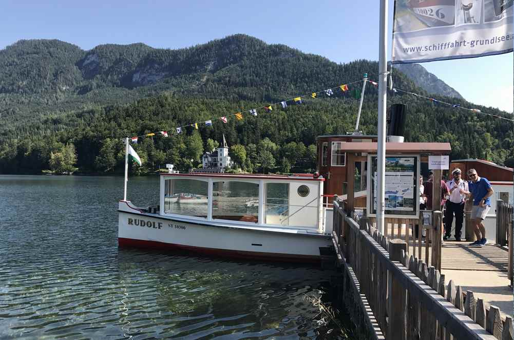Beim Seehotel in Grundlsee steigen wir für unsere Drei Seen Tour in das Schiff Rudolf im Salzkammergut