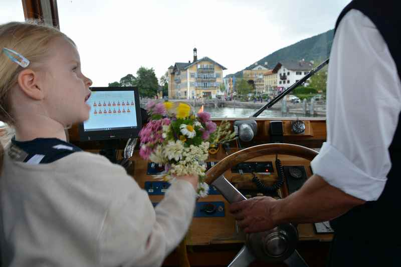 """""""Du Herr Kapitän: Wo hast du Platz für meine Blumen?"""", will der kleine Fahrgast wissen"""