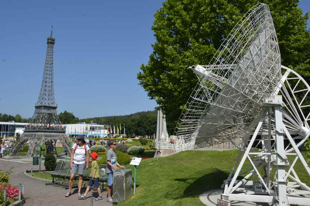 Der Besuch von Minimundus mit dem Eifelturm links, rechts das steuerbare Radioteleskop