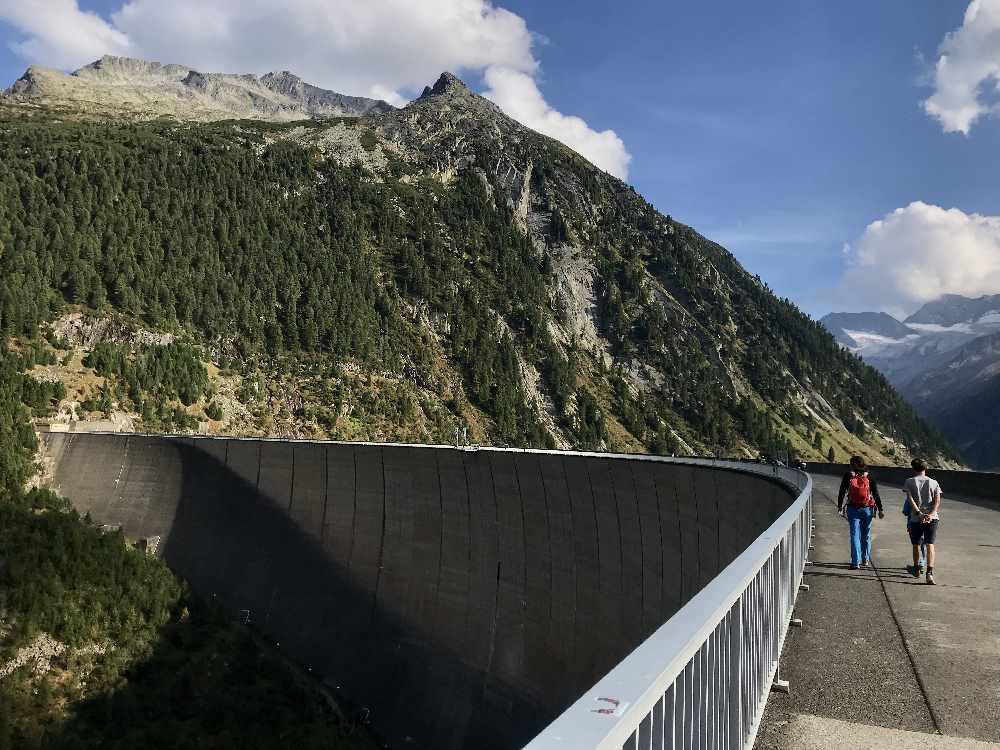 Was für ein Bauwerk! 131 Meter ist die doppelt gekrümmte Schlegeis Staumauer hoch, unbedingt die Führung mitmachen!