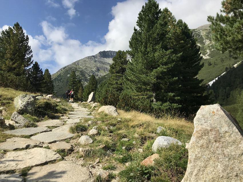 Die Wanderung führt teilweise über diese großen Natursteine. Wahnsinn!