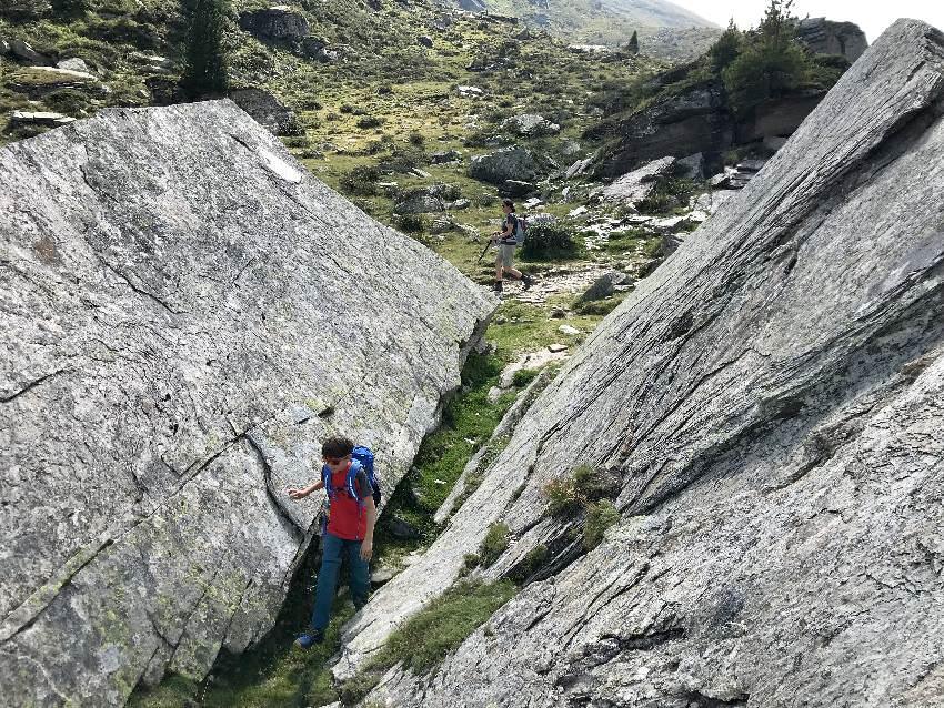 Zwischen den riesigen Felsen gefällt es den Kindern - auch toll zum Kraxeln!
