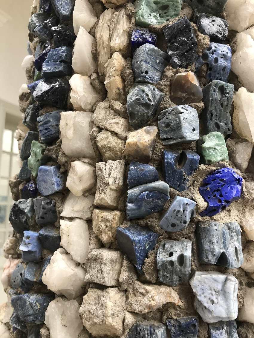 Die Säulen bestehen aus einzelnen Schmuck - Steinen