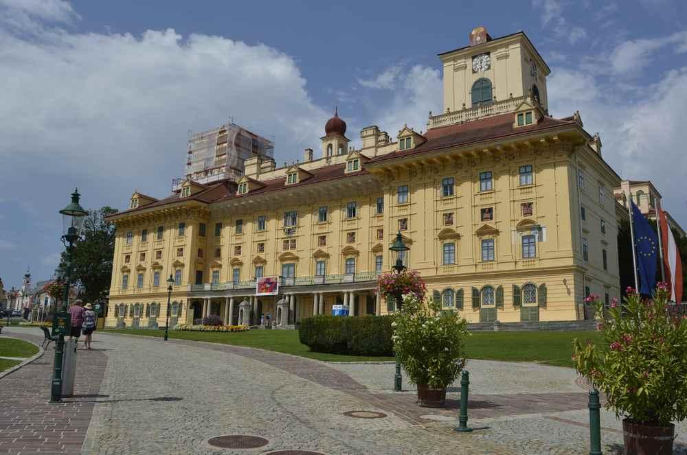 Ein riesiges Schloss - das spezielle Familienführungen anbietet: Das  Schloss Esterházy in Eisenstadt, ca. 1 Stunde von Wien entfernt.